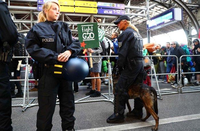 """Τα """"ζόμπι"""" βγήκαν στους δρόμους κατά της G20 (ΦΩΤΟ) - εικόνα 2"""