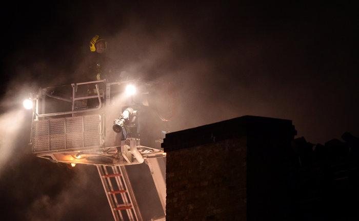 Μάχη με τις φλόγες στην αγορά του Camden στο Λονδίνο - εικόνα 2