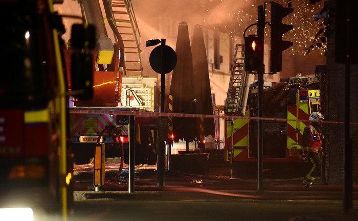 Μάχη με τις φλόγες στην αγορά του Camden στο Λονδίνο - εικόνα 3