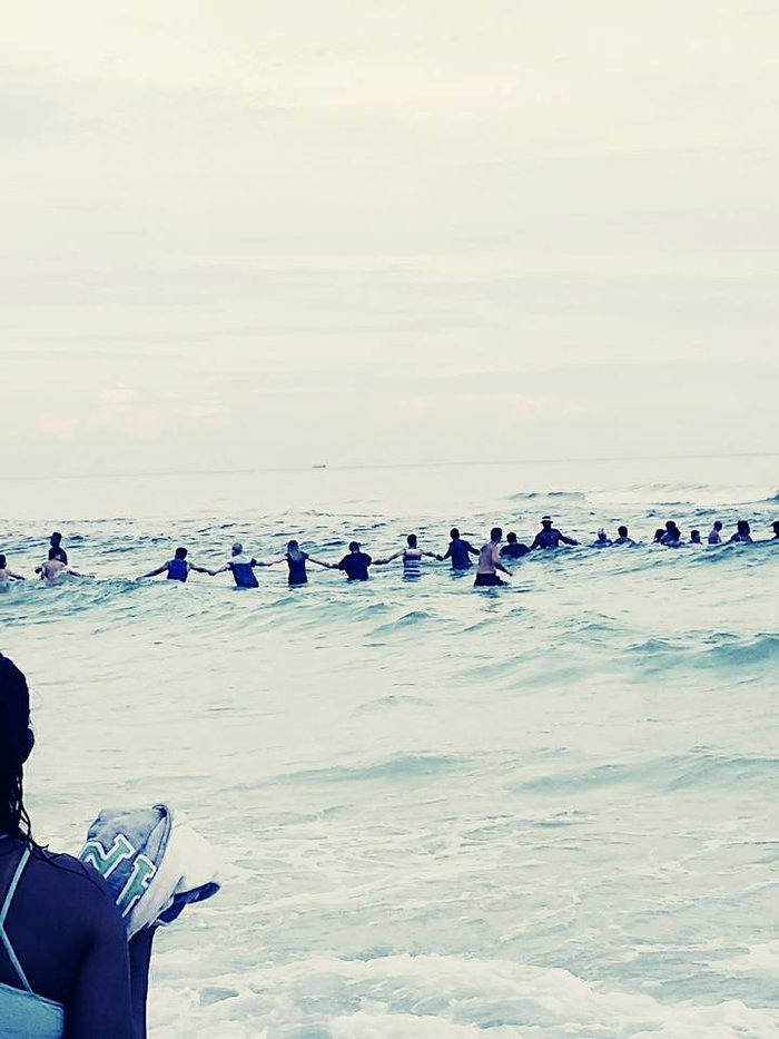 80 άτομα σχημάτισαν ανθρώπινη αλυσίδα και έσωσαν 9 κολυμβητές -εικόνες