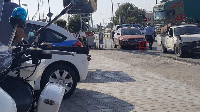 Ρομά παραβίασαν κόκκινο, τράκαραν με ταξί και έσπασαν στο ξύλο τον πελάτη