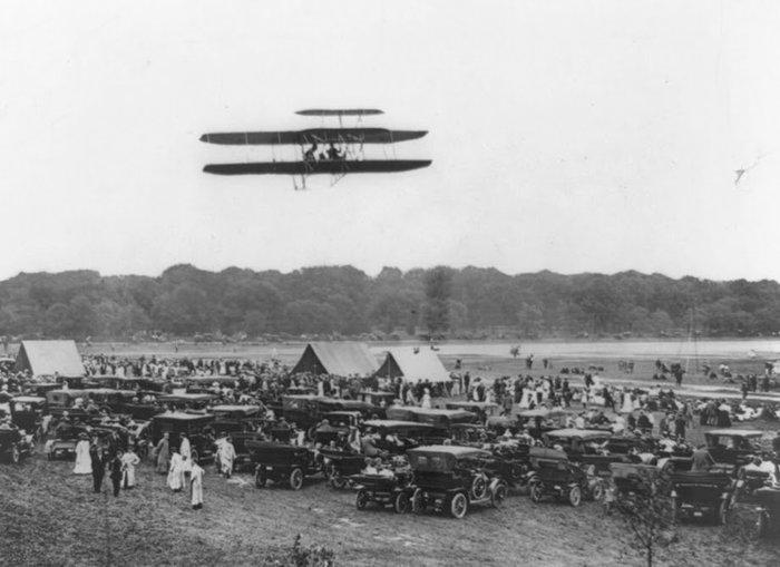 Πτήση του Όρβιλ Ράιτ και του Υπολοχαγού Λαμ στο Φορτ Μάγερ. Διένυσαν απόσταση πενήντα μιλίων με ταχύτητα σαράντα μιλίωντην ώρα. 27 Ιουλίου 1909