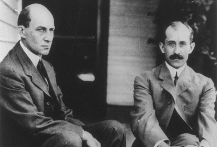 Γουίλμπερ και Όρβιλ Ράιτ, έξω από το σπίτι τους. Οδός Χόθορν 7, Ντέιτον. 1909
