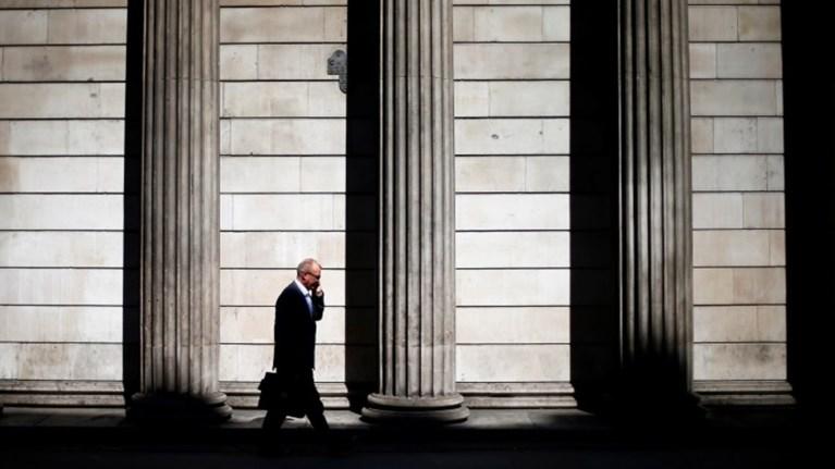 to-parisi-xrisimopoiei-to-brexit-gia-na-pliksei-to-city-tou-londinou