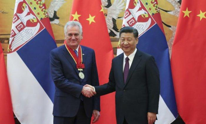 Ο πρόεδρος της Σερβικής Δημοκρατίας Τόμισλαβ Νίκολιτς αναγορεύεται από τον κινέζο ομόλογο του Σι Τζινπινγκ επίτιμος δημότης Πεκίνου σε πρόσφατη επίσκεψή του στην Κίνα