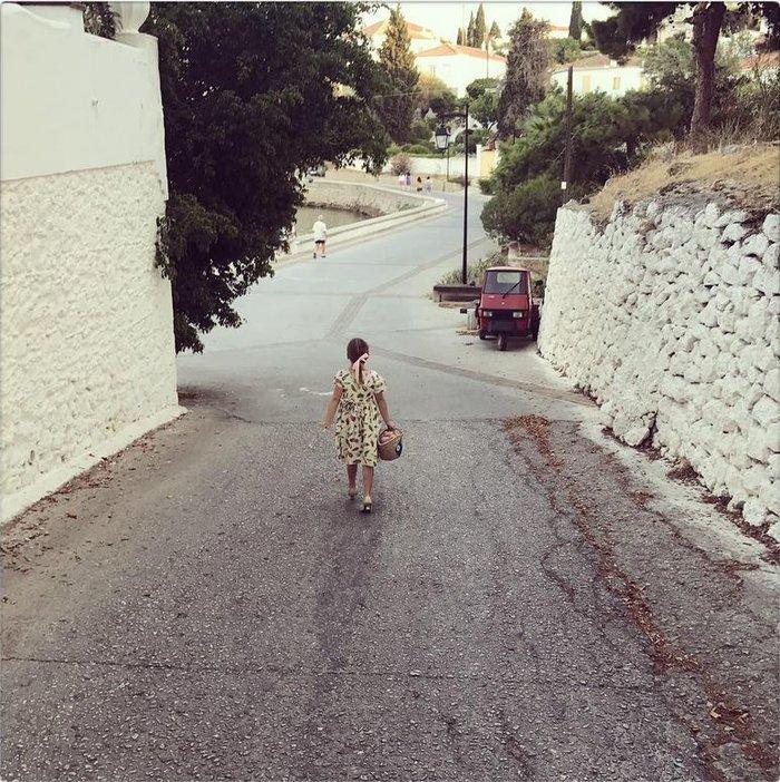 d5185c57deae H χαριτωμένη κόρη της Ούμα Θέρμαν κάνει βόλτες στα σοκάκια των ...