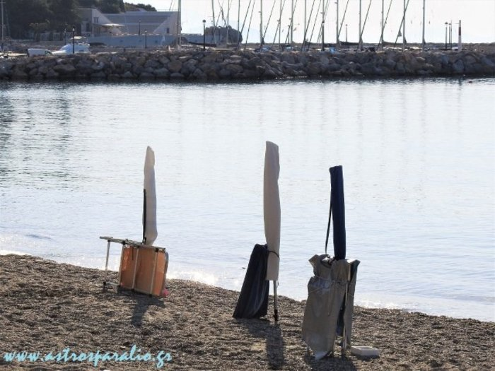 Ελληνική πατέντα: «Ρεζερβέ» σε αμμουδιά με... αλυσίδες σε ξαπλώστρες