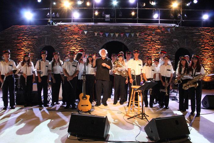Ο Διονύσης Σαββόπουλος με τα μέλη της Φιλαρμονικής Ορχήστρας Ανδρου