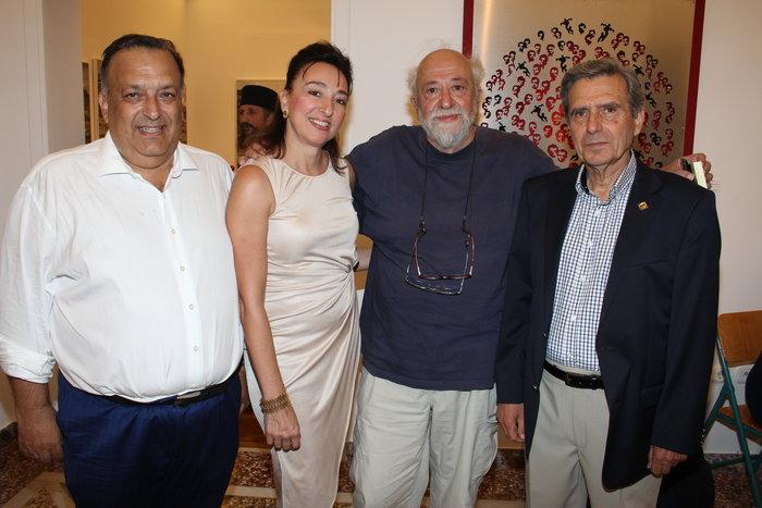Από τη βραδιά των εγκαινίων. (Από αριστερά) Νίκος Σιγάλας, Ερη Μανούσου - Σιγάλα, Παντελής Βούλγαρης (καλλιτεχνικός διευθυντής Φεστιβάλ Ανδρου) και Δημήτρης Σιγάλας