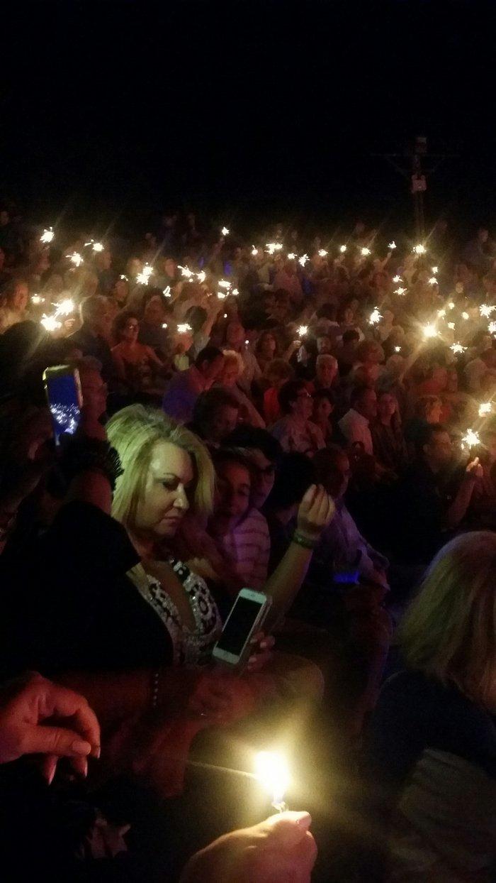 Το Θέατρο Ανδρου κατάμεσο από θεατές - «πυγολαμπίδες»