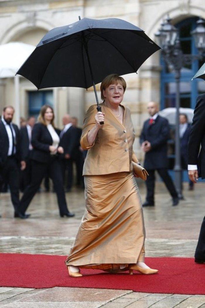 Περπάτησε στο κόκκινο χαλί του Φεστιβάλ Οπερας η Μέρκελ - εικόνα 3