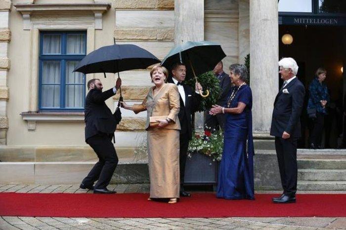 Περπάτησε στο κόκκινο χαλί του Φεστιβάλ Οπερας η Μέρκελ - εικόνα 6