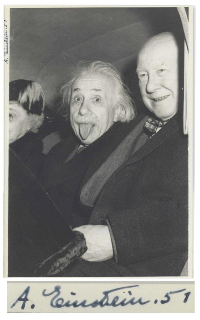 Στο «σφυρί» η φωτογραφία του Αϊνστάιν με την παιχνιδιάρικη πόζα