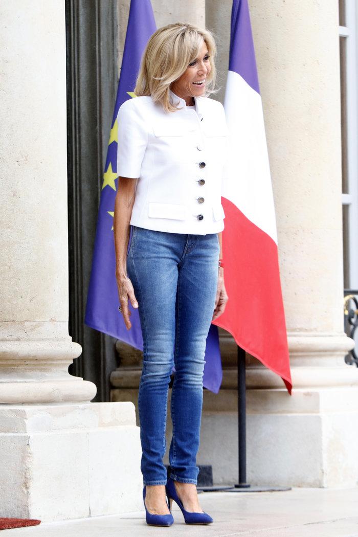 Μπριζίτ Μακρόν: Η ανατρεπτική εμφάνιση με skinny jean και γόβες στιλέτο