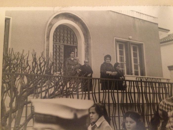 Ο Πέτρος κι η Μαρίκα Κυδωνιέως στη βεράντα του σπιτιού που στεγάζει σήμερα το Ιδρυμά τους παρακολουθώντας τη λιτανεία της Παναγίας Θεοσκέπαστης στην ΄Ανδρο. (Φωτογραφία οικογενειακού αρχείου)
