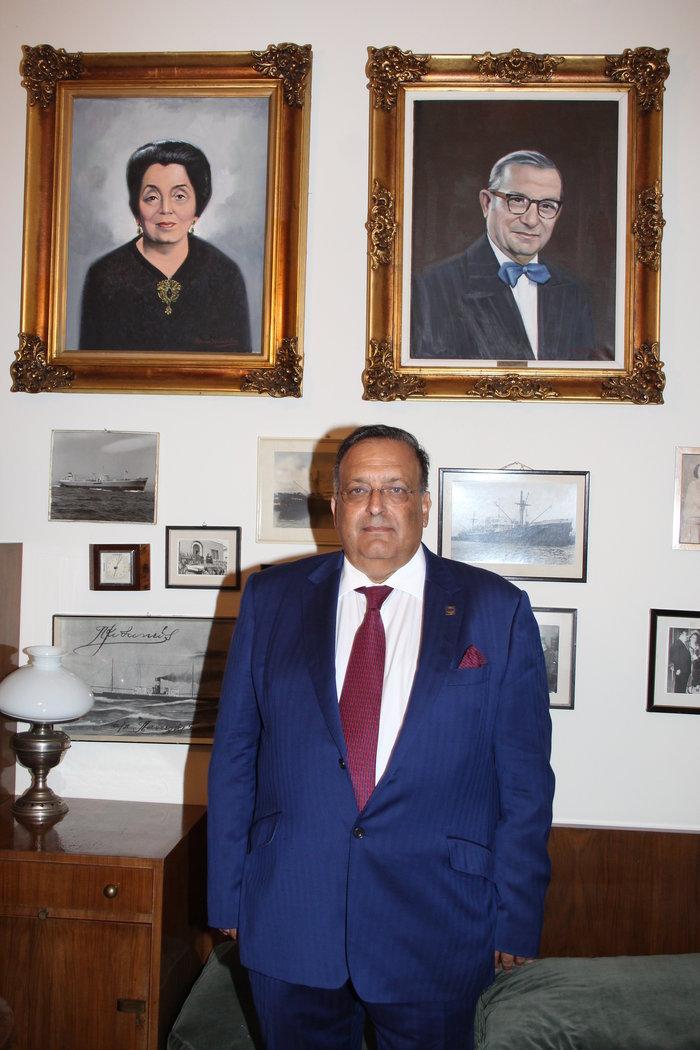 Ο Πρόεδρος του Ιδρύματος Κυδωνιέως, Νίκος Σιγάλας, στο γραφείο του Ιδρύματος με φόντο τα πορτρέτα των θείων του