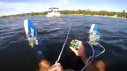 Προσπαθεί να λύσει τον κύβο του ρούμπικ με ένα χέρι ενώ κάνει σκι βίντεο