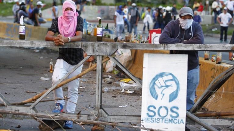 Xάος και 10 νεκροί στη Βενεζουέλα-Με κυρώσεις απειλούν οι ΗΠΑ