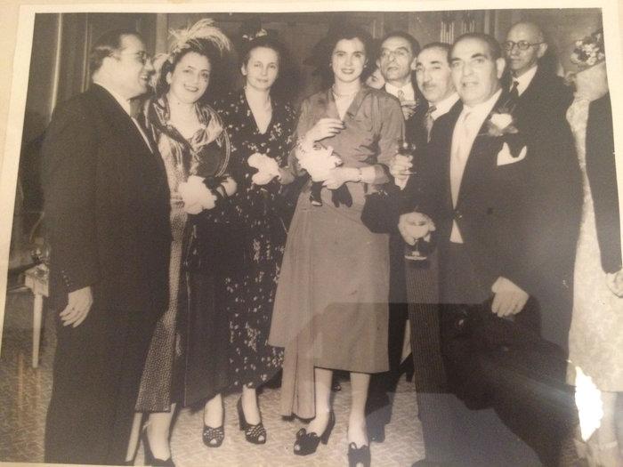 Ο Π. και η Μ. Κυδωνιέως (πρώτοι από αριστερά) σε νυχτερινή έξοδο. Φωτογραφία οικογενειακού αρχείου