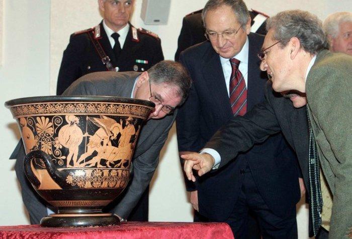 Αρχαίο ελληνικό αγγείο αφαιρέθηκε από ΜEΤ ως προϊόν λαθρανασκαφής