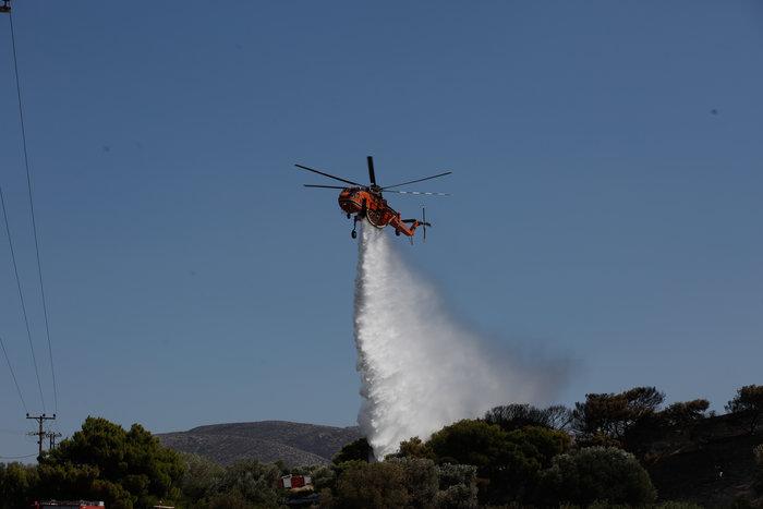 Υπό έλεγχο οι εστίες φωτιάς σε Καλύβια και Ανάβυσσο