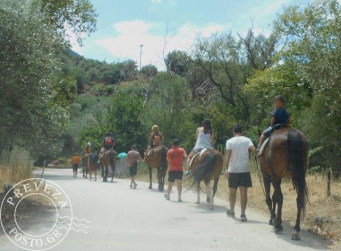 Η Α.Τζολί έκανε βόλτα με άλογα στον Αχέροντα και δεν το κατάλαβε κανείς