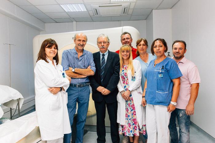 Το προσωπικό του Τμήματος Αξονικής και Μαγνητικής Τομογραφίας του Σισμανόγλειου με τον Διοικητή του Νοσοκομείου