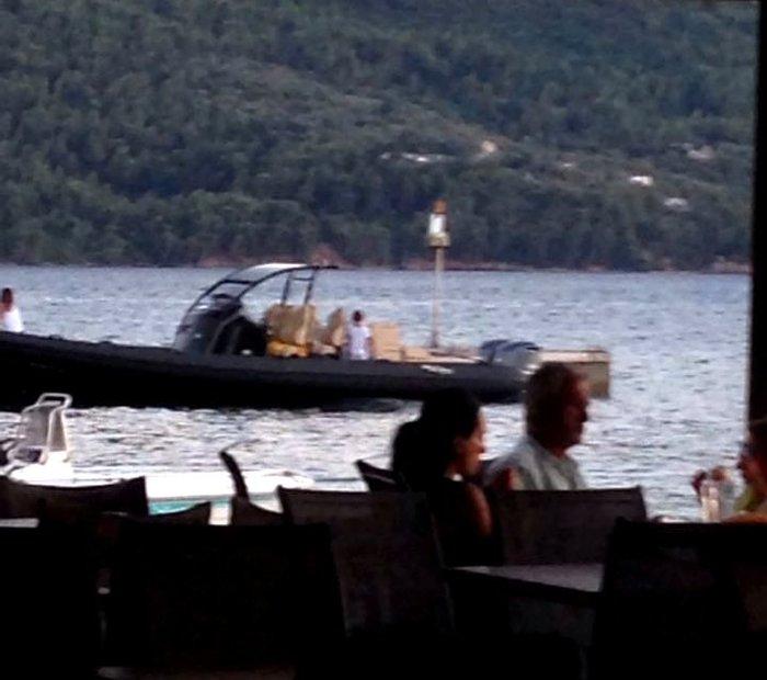 Η Ελένη Μενεγάκη με τον Ματέο και το σκάφος στον Μύτικα  [ΦΩΤΟ]