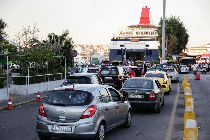 Κυκλοφοριακό κομφούζιο στον Πειραιά, επιβάτες έχασαν τα πλοία - εικόνα 2