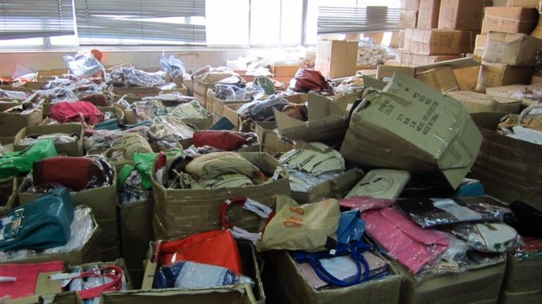Τόνους προϊόντα «μαϊμού» βρήκε το ΣΔΟΕ σε αποθήκη στη Ρόδο  4e960a1a460