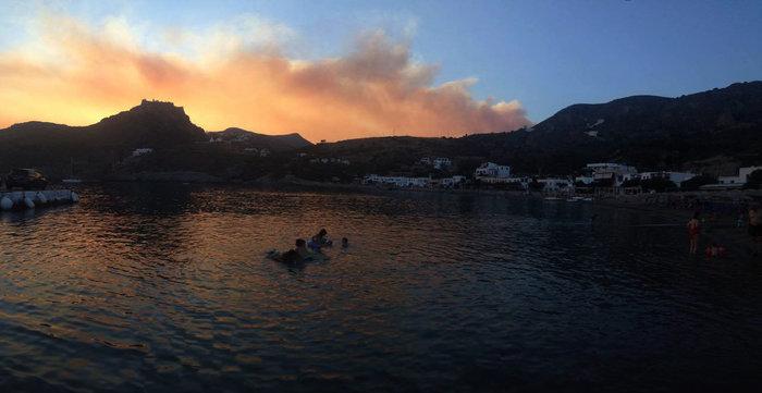 Ολονύκτια μάχη με τις φλόγες στα Κύθηρα, εκκενώθηκε οικισμός - εικόνα 4