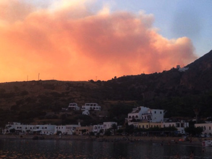 Ολονύκτια μάχη με τις φλόγες στα Κύθηρα, εκκενώθηκε οικισμός