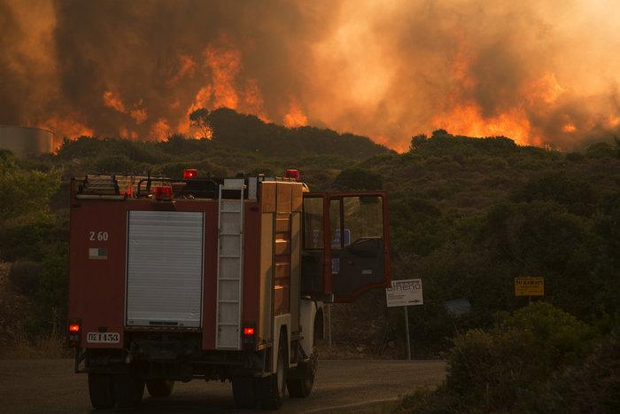Νύχτα αγωνίας στα Κύθηρα: Συνεχίζεται η μάχη με τις φλόγες