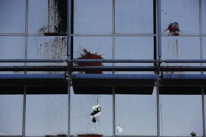 Επίθεση του Ρουβίκωνα με μπογιές στα γραφεία της Siemens ΦΩΤΟ