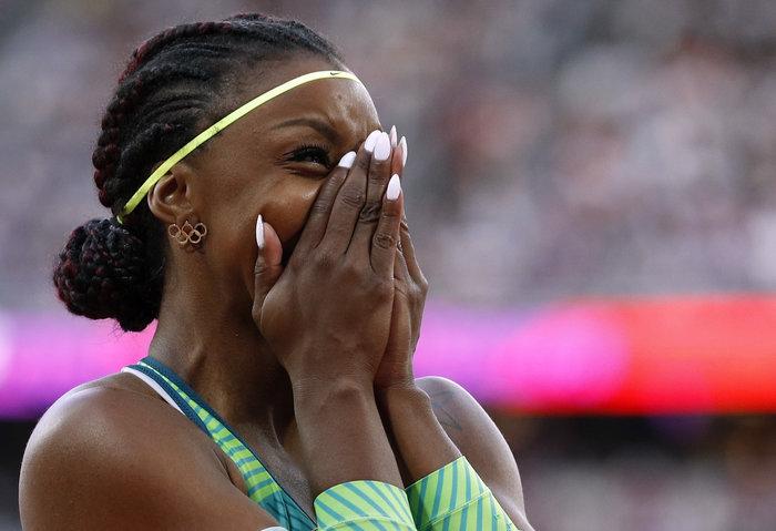Η Βραζιλιάνα Rosangela Santos με σκουλαρίκια με σήμα τους Ολυμπιακούς