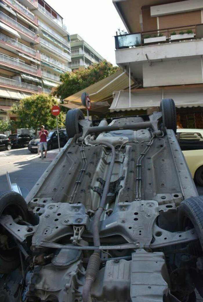 Απίστευτο: Αυτοκίνητο τούμπαρε στο κέντρο της Θεσσαλονίκης [εικόνες] - εικόνα 2