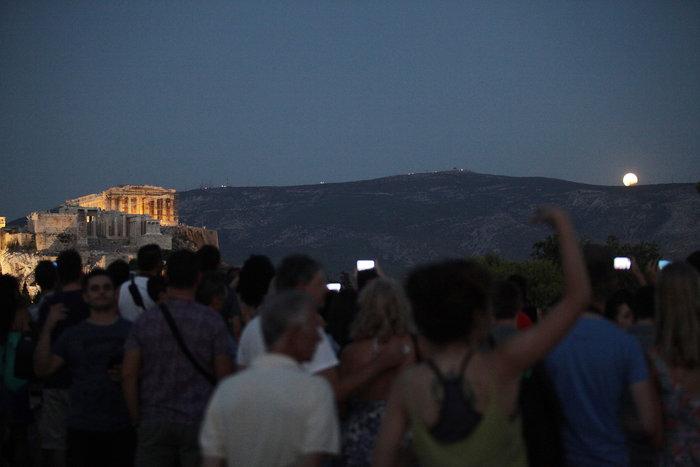 Μαγεία: Η αυγουστιάτικη πανσέληνος πάνω από την Αθήνα -φωτό - εικόνα 2