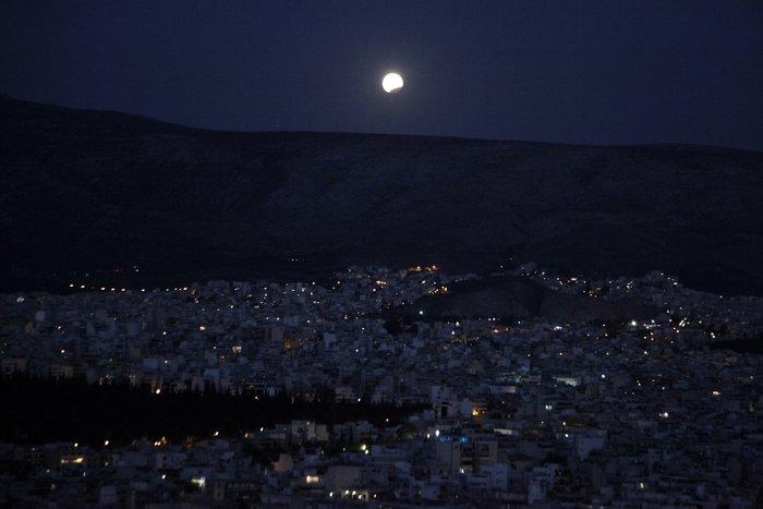 Εικόνες από την ξεχωριστή & εντυπωσιακή πανσέληνο με μερική έκλειψη σελήνης - εικόνα 8