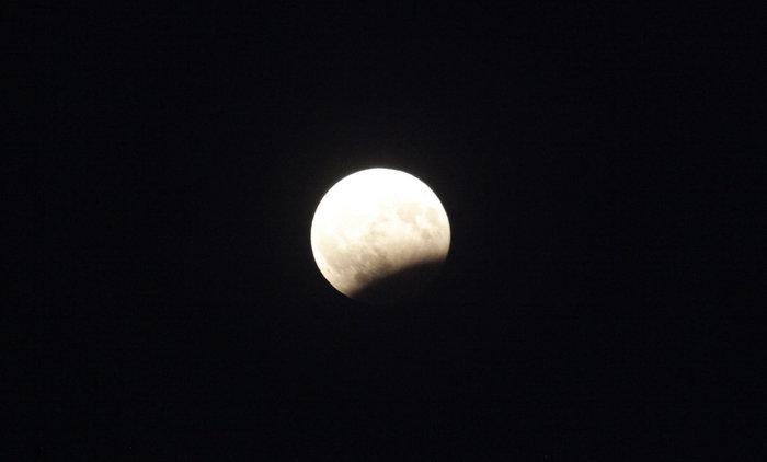 Εικόνες από την ξεχωριστή & εντυπωσιακή πανσέληνο με μερική έκλειψη σελήνης - εικόνα 9