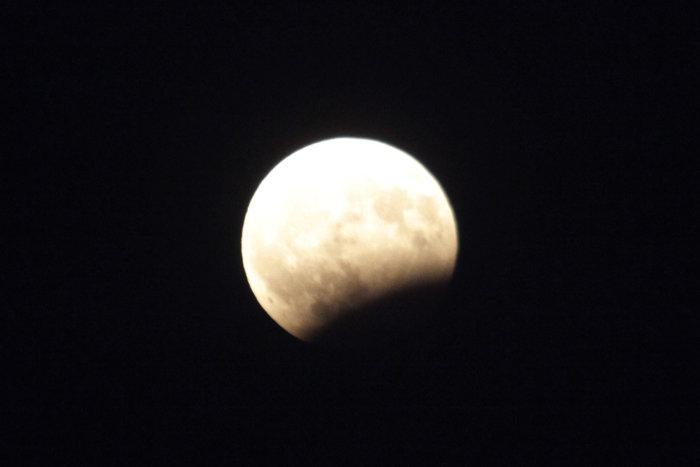 Εικόνες από την ξεχωριστή & εντυπωσιακή πανσέληνο με μερική έκλειψη σελήνης - εικόνα 10