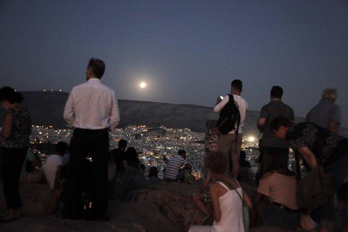 Εικόνες από την ξεχωριστή & εντυπωσιακή πανσέληνο με μερική έκλειψη σελήνης