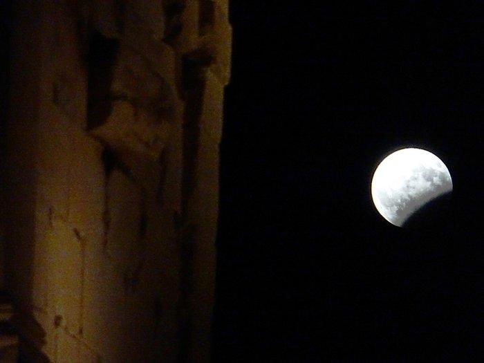 Εικόνες από την ξεχωριστή & εντυπωσιακή πανσέληνο με μερική έκλειψη σελήνης - εικόνα 2
