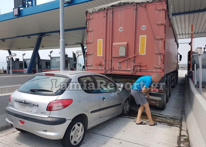Λαμία: Καρφώθηκε πίσω από νταλίκα στα διόδια [εικόνες] - εικόνα 4