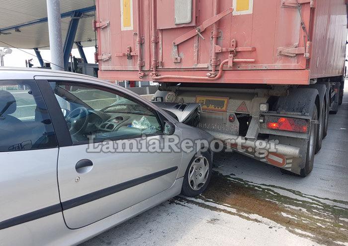 Λαμία: Καρφώθηκε πίσω από νταλίκα στα διόδια [εικόνες] - εικόνα 5