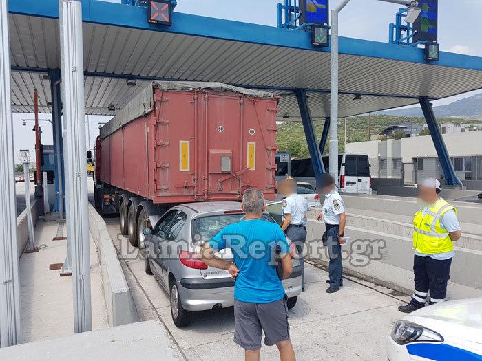 Λαμία: Καρφώθηκε πίσω από νταλίκα στα διόδια [εικόνες] - εικόνα 6
