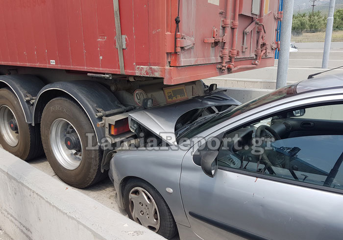 Λαμία: Καρφώθηκε πίσω από νταλίκα στα διόδια [εικόνες] - εικόνα 7