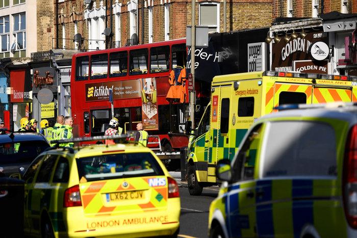 Λεωφορείο έπεσε σε κατάστημα στο Λονδίνο - Υπάρχουν τραυματίες