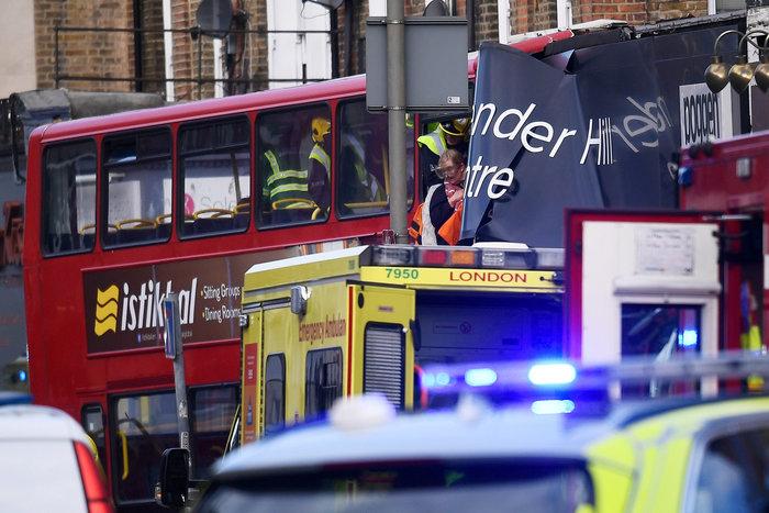 Λεωφορείο έπεσε σε κατάστημα στο Λονδίνο - Υπάρχουν τραυματίες - εικόνα 2