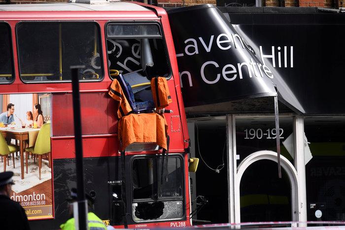 Λεωφορείο έπεσε σε κατάστημα στο Λονδίνο - Υπάρχουν τραυματίες - εικόνα 3