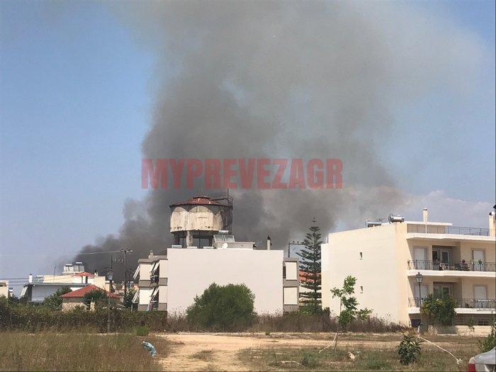 Μεγάλη φωτιά στην Πρέβεζα -  Απειλήθηκε οικισμός